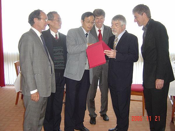 Foto (v.li.): Unterzeichneten einen Kooperationsvertrag zwischen der Universität Paderborn und der Beihang-Universität für Luftfahrt und Raumfahrt in Beijing: Prof. Dr. Horst Grotstollen, Prof. Dr. Li Xingshan, Prof. Dr. Jiao Zongxia, Rektor Prof. Dr.