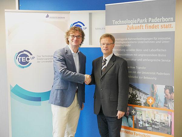Foto (TecUP, Universität Paderborn): Jürgen Geisler (r.), Geschäftsführer der TechnologieParkPaderborn GmbH, und Prof. Dr. Rüdiger Kabst fördern mit der SIGMA-Reihe das Gründungspotential in der Region.