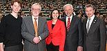 Foto (Universität Paderborn, Nina Reckendorf): Begrüßten gemeinsam die neuen Erstsemester: Maximilian Erdmann (AStA), Peter Freese (Alumni), Yvonne Koch (zentrale Studienberatung), Uni-Präsident Wilhelm Schäfer und Dietrich Honervogt, stellvertretend