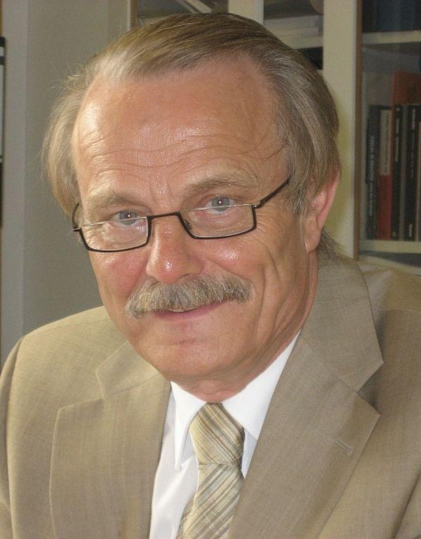 Foto (privat): Prof. Dr.-Ing. Manfred Nagl wird mit der Ehrendoktorwürde der Fakultät für Elektrotechnik, Informatik und Mathematik der Universität Paderborn ausgezeichnet.