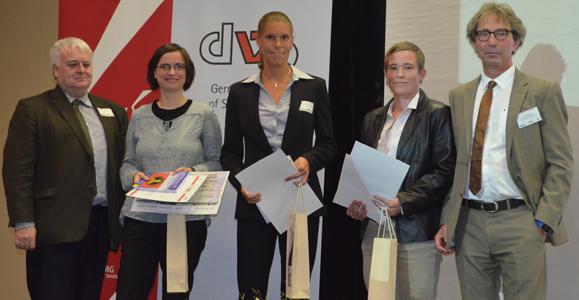 Foto: Bei der Preisverleihung: (v. l. n. r.) Prof. Roland Naul (WGI), Dr. Svenja Kamper, Dr. Stefanie Hüttermann, Dr. Iris Güldenpenning und Prof. Kuno Hottenrott.