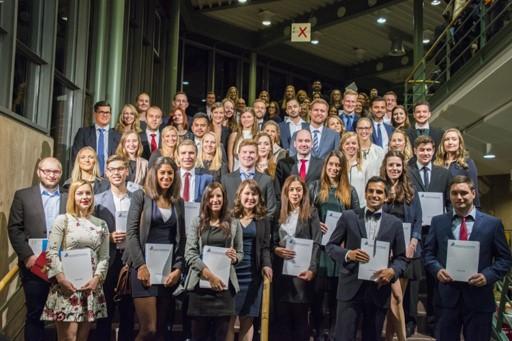 Foto (Universität Paderborn): Absolventinnen und Absolventen der Fakultät für Wirtschaftswissenschaften – Gruppe 2.