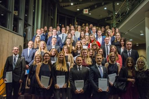 Foto (Universität Paderborn): Absolventinnen und Absolventen der Fakultät für Wirtschaftswissenschaften – Gruppe 3.