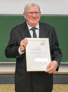 Foto (Universität Paderborn): Altrektor Prof. Dr. Friedrich Buttler nahm in tiefer Verbundenheit zur Universität und zur Fakultät der Wirtschaftswissenschaften die Ehrenmitgliedschaft im Paderborner Hochschulkreis, der Ehemaligenvereinigung der Wirtsch