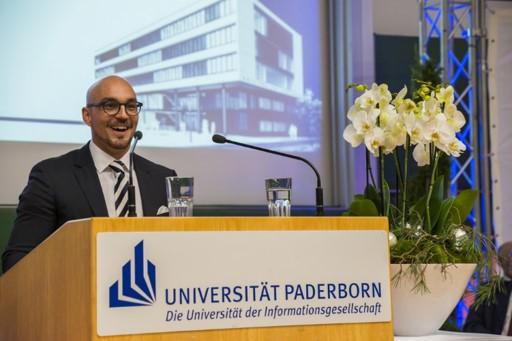 Foto (Universität Paderborn): Kevin Meckenstock engagierte sich als Student im Fachschaftsrat, dessen Vorsitzender er war, und hielt nun als Absolvent die studentische Festrede.