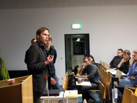 Abbildung: In der Diskussion: Prof. Dr. Peter Fäßler