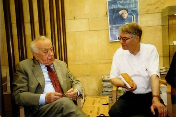 Foto (Christa Hökel): Prof. Dr. Wolfgang Keim (re.) im Gespräch mit Prof. Dr. Leon Zelman, Direktor des Jewish Welcome Service Wien