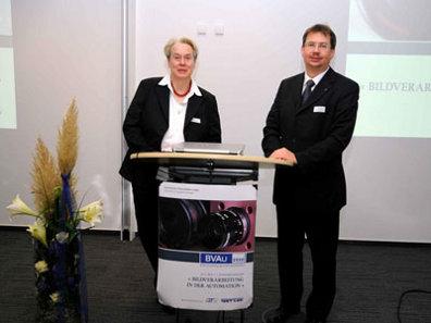 """Foto: In das Auditorium des Centrums Industrial IT, kurz CIIT, hatten Prof. Dr.-Ing. Volker Lohweg und Prof. Dr.-Ing. Bärbel Mertsching am 11.11.2010 zum 1. Jahreskolloquium """"Bildverarbeitung in der Automation"""" (BVAu 2010) eingeladen."""
