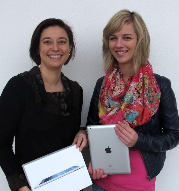 Foto (Universität Paderborn, Cinderella Schröder): Dr. Yvonne Salman überreichte das iPad der Studentin Christin Börsting.