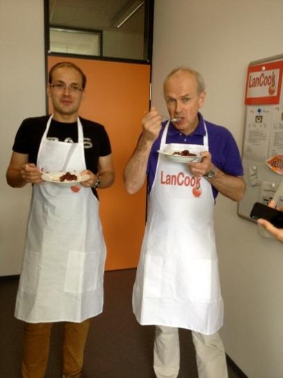 Abbildung: František Tuma (links), tschechischer Gastdozent, und Prof. Paul Seedhouse, LanCook-Projektmanager von der Newcastle University, genießen ihren selbstgekochten Milchreis in der Paderborner LanCook-Küche.