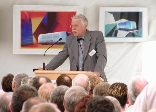 Foto (Fakultät für Maschinenbau): Prof. em. Dr.-Ing. Joachim Lückel bei der Auftaktveranstaltung für das RailCab.